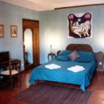Chambre avec lit et bureau