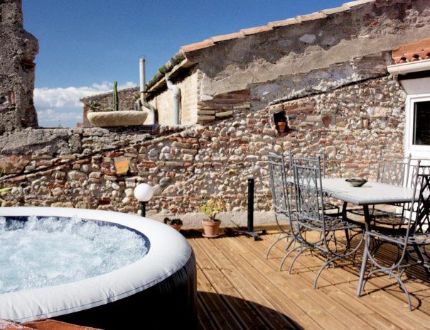 Terrasse sur les toits avec spa et table