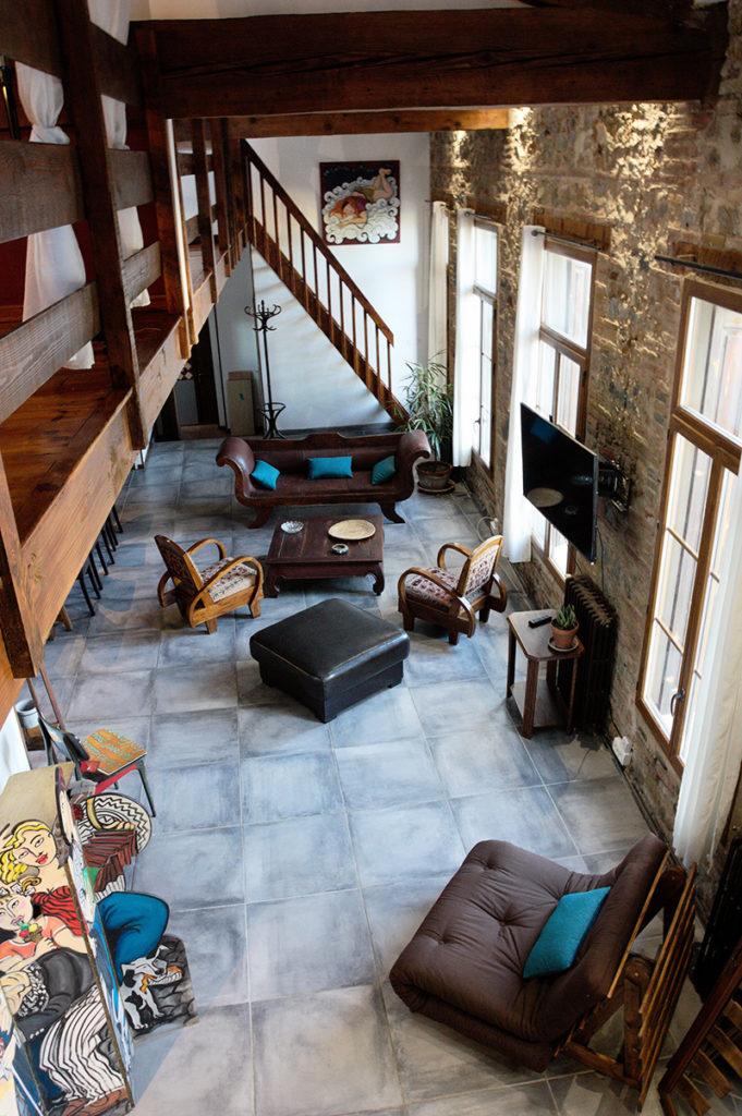 Séjour Loft, écran plat, futon et canapé