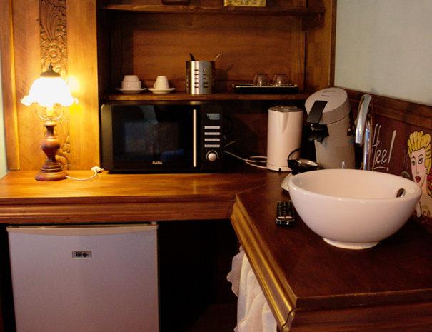 Cuisine four micro ondes, évier et frigidaire