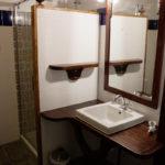 Salle d'eau avec vasque et douche