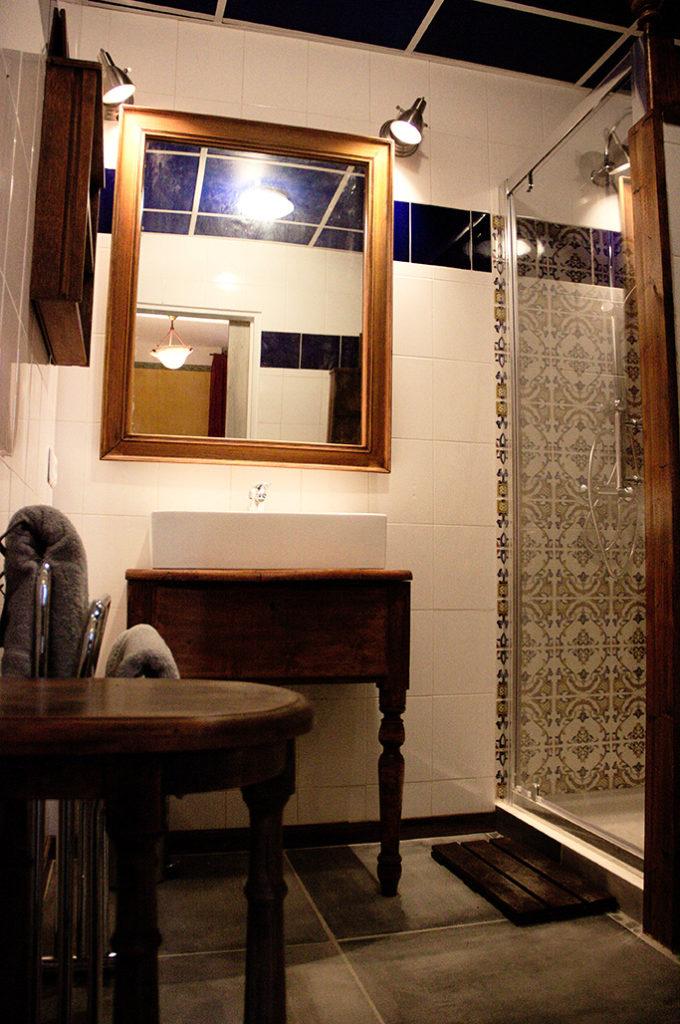 Salle de bain, douche et vasque
