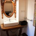 Miroir et meuble basque, salle d'eau