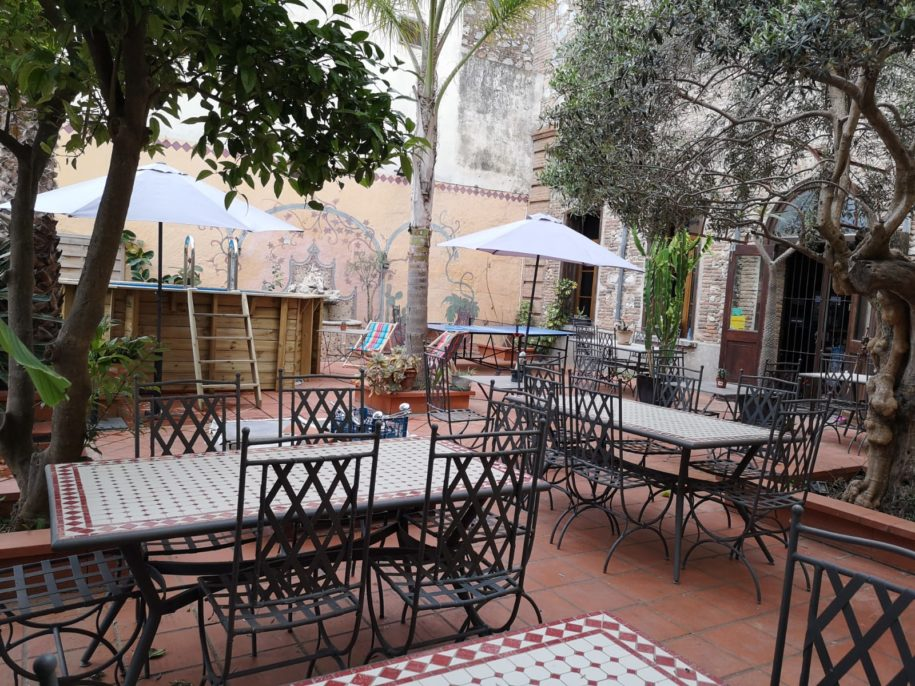 Terrasse arborée, chaises tables et parasols