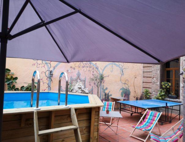 Terrasse ombragée piscine et ping pong