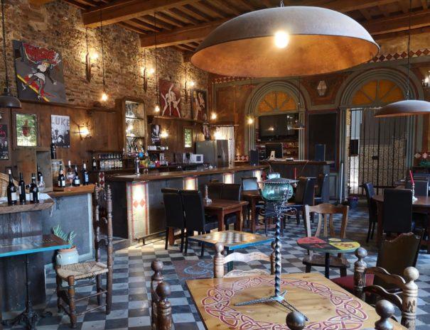La salle et le bar du Castell Embruixat